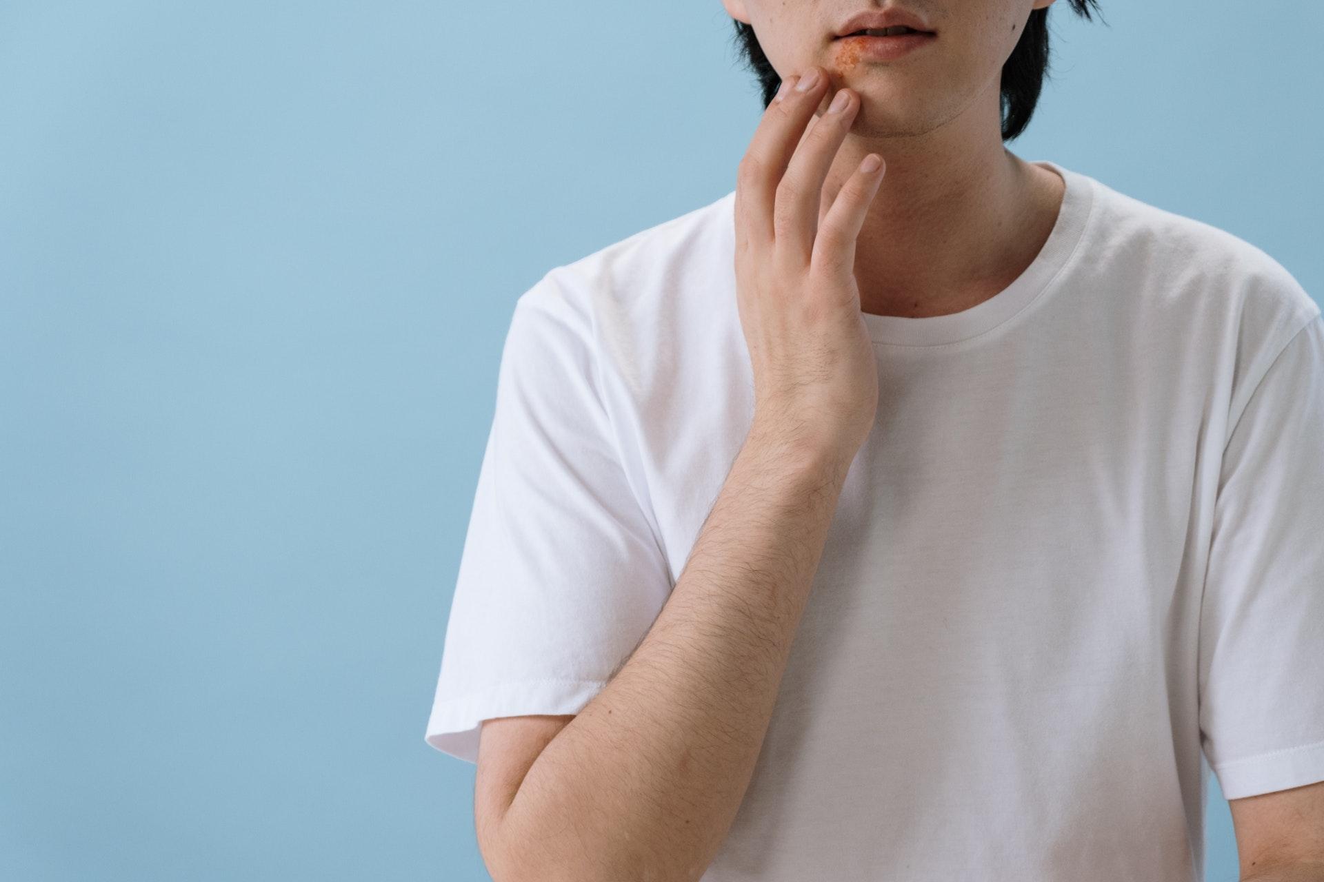 opryszczka na ustach mężczyzny