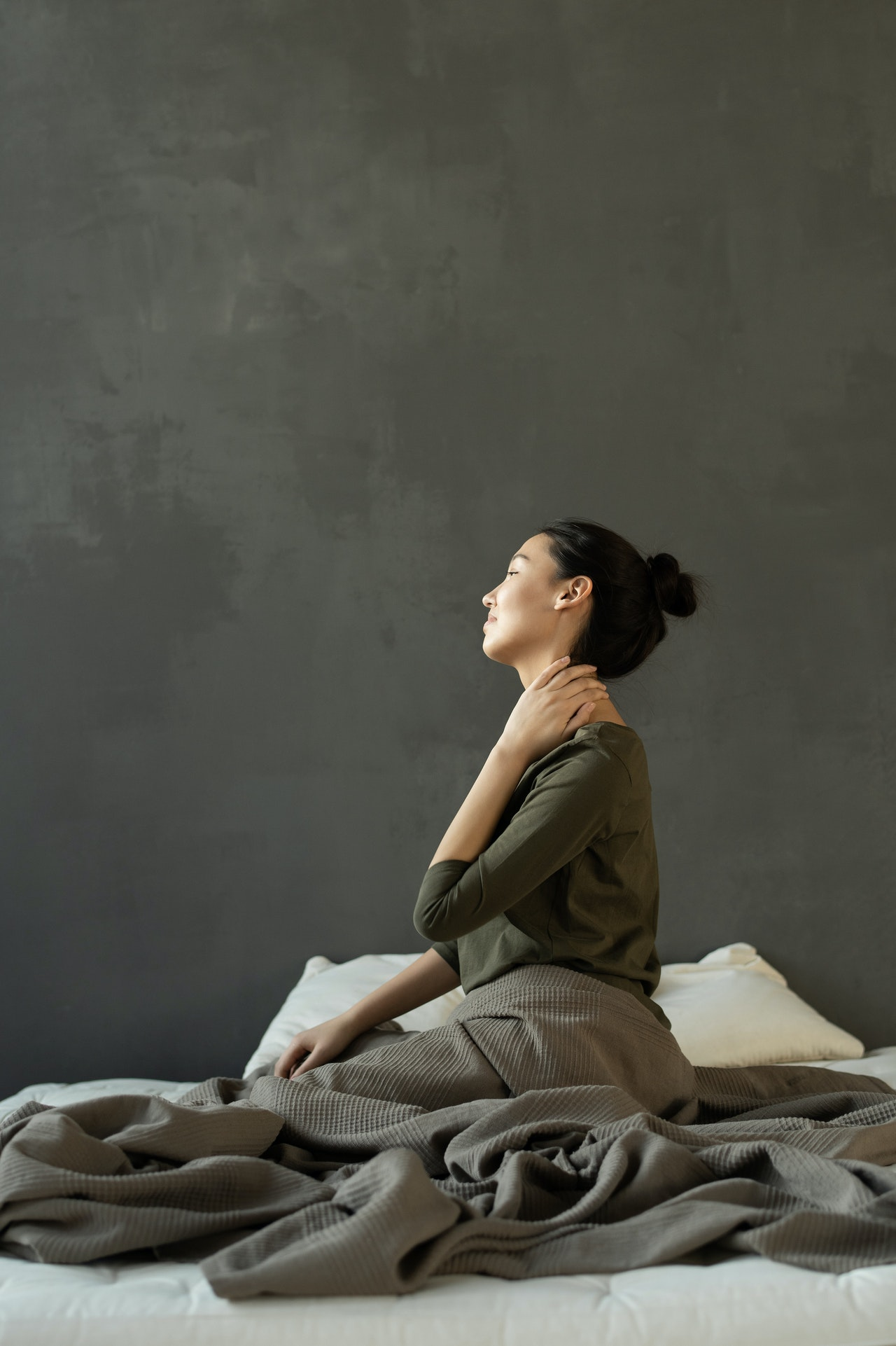 kobieta z bólem karku